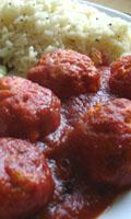 Boulettes de poisson arrosées de sauce tomate
