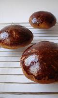 Un petit ou un moyen pain au chocolat brioché