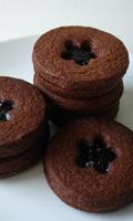 Un biscuit au chocolat et de la confiture