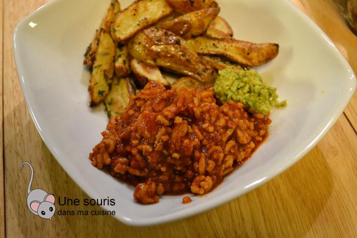 Chili de poulet, quartiers de pommes de terre et guacamole