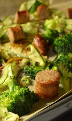 Plaque de saucisses et de légumes