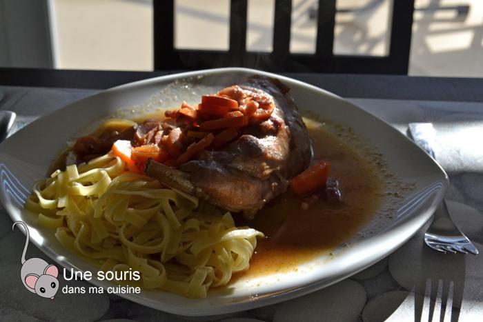 Cuisses de lapin braisées au vin rouge et à la pancetta à la mijoteuse