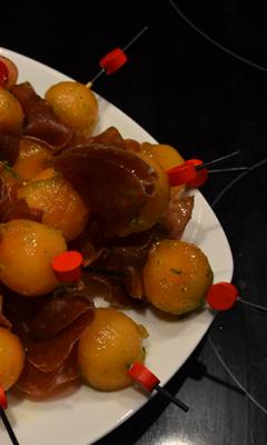 Bouchées de melon et de viande séchée