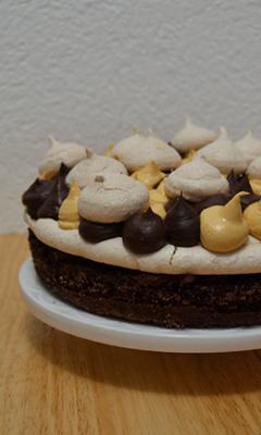 Gâteau au chocolat, croquant aux amandes et au caramel