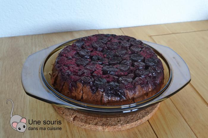 Gâteau au chocolat renversé aux cerises et aux framboises