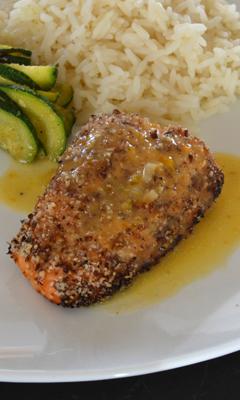 Filet de saumon en croûte de noisettes, sauce veloutée aux abricots