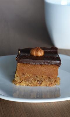 Carrés au caramel, au chocolat et aux noisettes