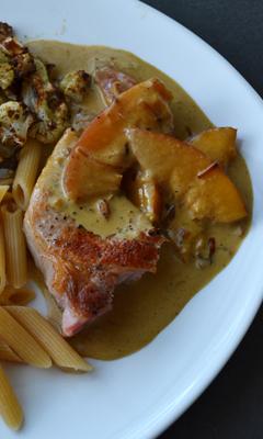 Côtelettes de porc et sa sauce aux nectarines, au curry et au lait de coco