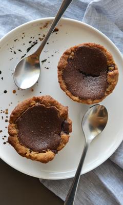 Tartelettes de mi-cuit au chocolat et croûtes à la pâte à biscuits