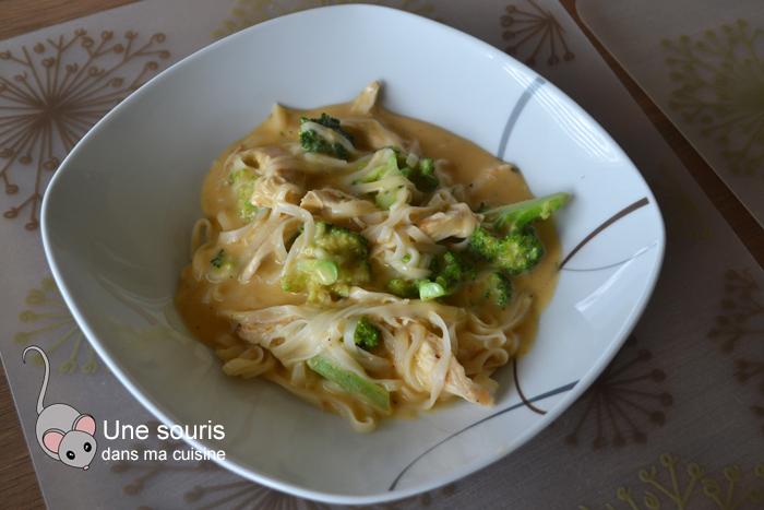 Soupe thaï au poulet, nouilles et curry