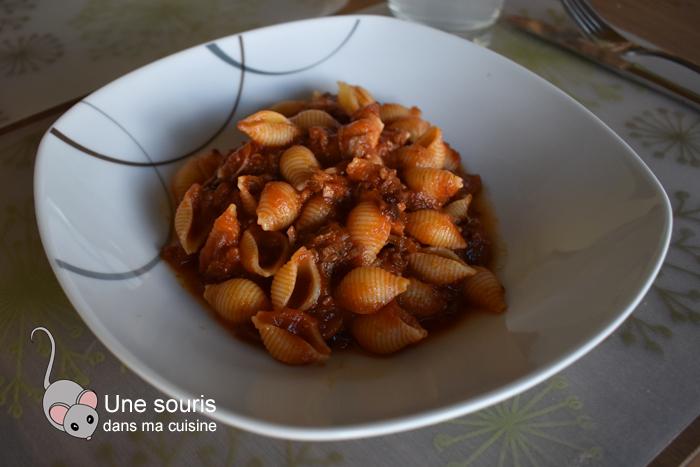 Pâtes à la sauce tomate, jarret de porc et boulettes de saucisses