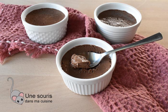 Pouding au chocolat avec des oeufs entiers